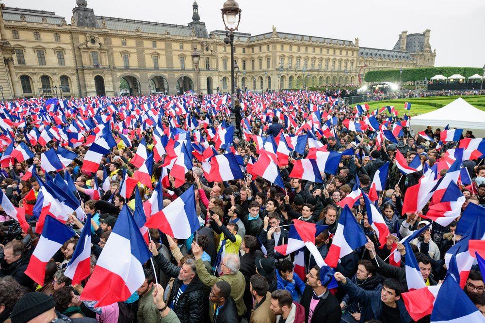 Les supporters de Macron se rejoignent au Louvre pour célébrer la vistoire
